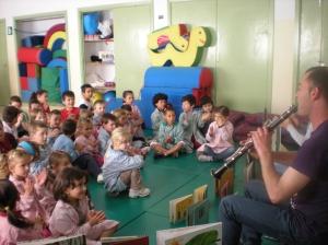 Os escolares de O Ramo, dando palmas mentres Pablo lles interpreta unha melodía co clarinete
