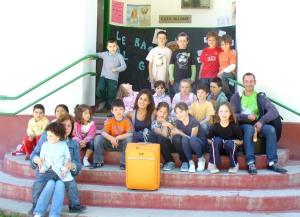 """Foto """"de familia"""" trala sesión de contos e música no CEIP de Sillobre"""