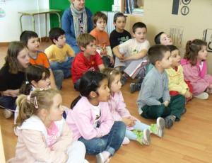 Os escolares participaron e seguiron con atención a sesión de contacontos