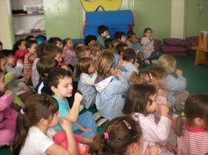 Os nenos e nenas de O Ramo xesticularon, cantaron e participaron activamente na sesión