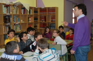 O noso compañeiro Alberto, orientando aos alumnos e alumnas