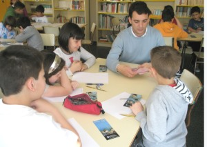 Alberto barallou e repartiu naipes entre os participantes no obradoiro de escrita