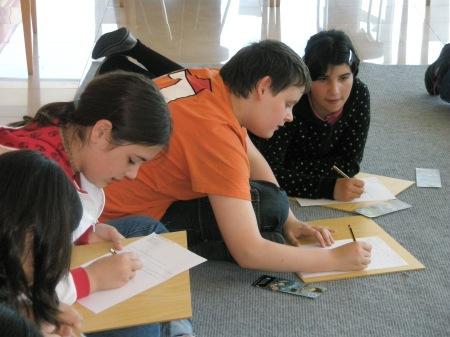 Alumnos do colexio novo no obradoiro de escrita.