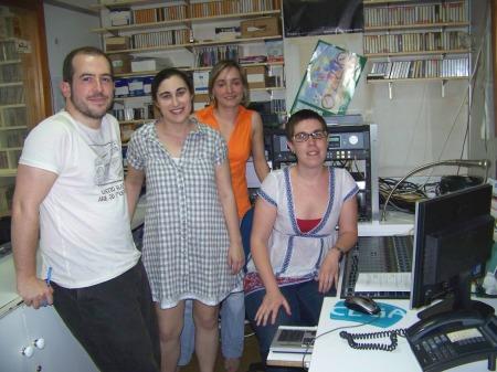 O equipo informativo e técnico de RADIOFUSIÓN na sala do control de son