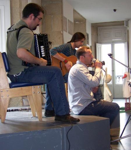 """Pablo Díaz interpretou """"Tic-Tac"""" na clausura da IX Campaña de Animación á Lectura de Santiago, con acompañamento de acordeón e guitarra"""