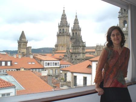 Paula Carballeira, coas torres da catedral de Santiago ao fondo, saúda aos nenos e nenas de PALABRAS NO AR