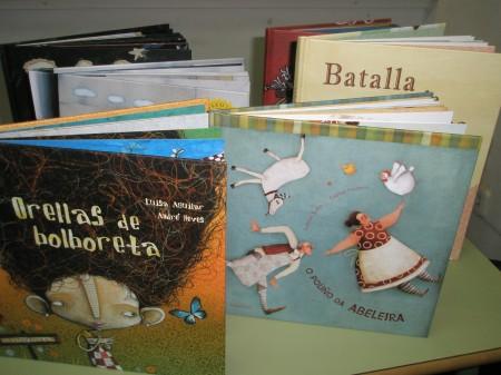 Algúns dos libros cos que traballaron os escolares no obradoiro de oralidade do CEIP Fontiñas