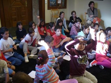 Nenos CEIP Bispo Guerra preguntando a Filomena Fraga